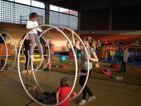 Kinder-der-Fluechtlingsfamilien-turnen-mit_pdaArticleWide